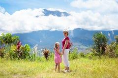 Famiglia che fa un'escursione nelle montagne e nella giungla Immagini Stock Libere da Diritti