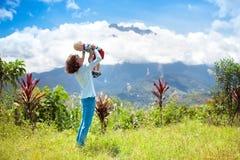 Famiglia che fa un'escursione nelle montagne e nella giungla Fotografia Stock Libera da Diritti