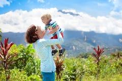 Famiglia che fa un'escursione nelle montagne e nella giungla Fotografie Stock Libere da Diritti