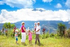 Famiglia che fa un'escursione nelle montagne e nella giungla Immagini Stock