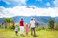 Famiglia che fa un'escursione nelle montagne e nella giungla Immagine Stock Libera da Diritti