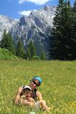Famiglia che fa un'escursione in primavera Fotografia Stock Libera da Diritti
