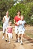 Famiglia che funziona sul percorso in sosta Fotografia Stock Libera da Diritti