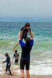 Famiglia che gioca alla spiaggia immagine stock libera da diritti