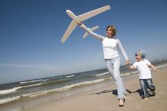 Famiglia che gioca con il modello piano Fotografie Stock Libere da Diritti