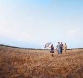 Famiglia che gioca con l'aquilone Fotografia Stock Libera da Diritti