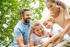 Famiglia che gioca con la palla immagine stock