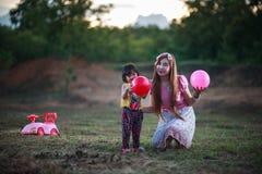 Famiglia che gioca con una sfera Fotografie Stock Libere da Diritti