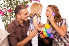 Famiglia che gioca e che sorride Fotografia Stock Libera da Diritti