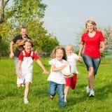 Famiglia che gioca i giochi di pallone Immagini Stock