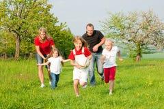 Famiglia che gioca i giochi di pallone Fotografia Stock