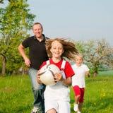 Famiglia che gioca i giochi di pallone Immagini Stock Libere da Diritti