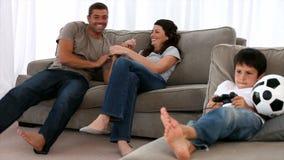 Famiglia che gioca insieme archivi video