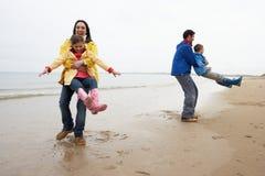Famiglia che gioca sulla spiaggia Fotografie Stock Libere da Diritti