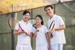 Famiglia che gioca a tennis, ritratto fotografie stock libere da diritti