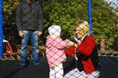 famiglia che gioca trampolino fotografia stock