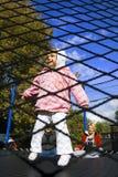 famiglia che gioca trampolino Fotografie Stock Libere da Diritti