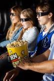 Famiglia che gode del film 3D nel teatro Immagine Stock