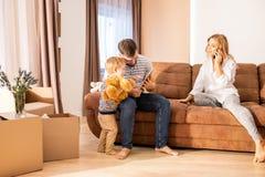 Famiglia che gode del fine settimana a casa fotografia stock libera da diritti
