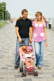 Famiglia che gode del giorno fuori Immagine Stock Libera da Diritti