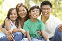 Famiglia che gode del giorno in sosta Fotografie Stock Libere da Diritti