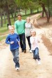 Famiglia che gode della camminata in sosta Fotografie Stock