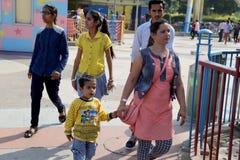 Famiglia che gode della festa nel waterpark Delhi in India immagine stock libera da diritti