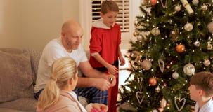 Famiglia che gode della mattina di natale video d archivio