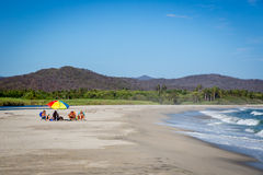 Famiglia che gode delle feste in una spiaggia piacevole dell'acqua blu nella Bassa California Immagini Stock