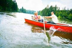 Famiglia che gode di un viaggio della barca Immagine Stock
