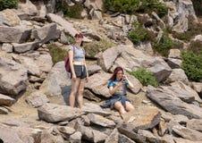 Famiglia che gode di una rottura su una traccia su un aumento in supporto Rainier National Park, Washington fotografia stock libera da diritti