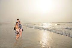 Famiglia che gode insieme del tempo sulla bella spiaggia nebbiosa fotografia stock libera da diritti