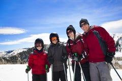 Famiglia che gode insieme di una corsa con gli sci di giorno Fotografia Stock Libera da Diritti