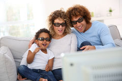 Famiglia che guarda film 3D Immagini Stock