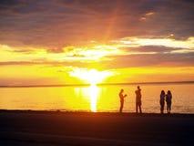 Famiglia che guarda tramonto Fotografia Stock Libera da Diritti