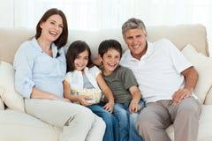 Famiglia che guarda TV Immagini Stock Libere da Diritti
