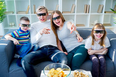 Famiglia che guarda un film 3d Fotografia Stock