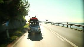 Famiglia che guida attraverso un bello paesaggio vicino al mare video d archivio