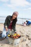 Famiglia che ha barbecue sulla spiaggia di inverno immagini stock libere da diritti