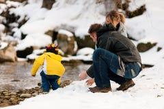 Famiglia che ha camminata di inverno al fiume Fotografie Stock Libere da Diritti