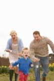 Famiglia che ha corsa del cucchiaio e dell'uovo Fotografia Stock Libera da Diritti