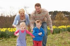 Famiglia che ha corsa del cucchiaio e dell'uovo Fotografia Stock