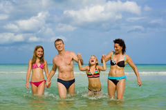 Famiglia che ha divertimento alla spiaggia Fotografia Stock