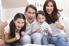 Famiglia che ha divertimento giocare i video giochi della sezione comandi Immagine Stock Libera da Diritti