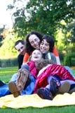 Famiglia che ha divertimento nella sosta. Fotografia Stock Libera da Diritti