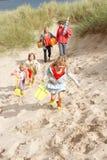 Famiglia che ha divertimento sulla vacanza della spiaggia immagini stock