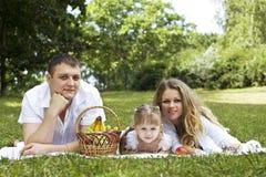 Famiglia che ha picnic Fotografia Stock