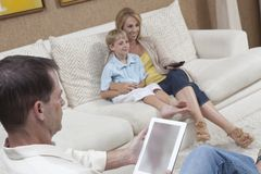 Famiglia che ha tempo libero a casa Fotografia Stock