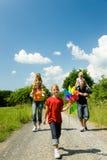Famiglia che ha una camminata Fotografie Stock