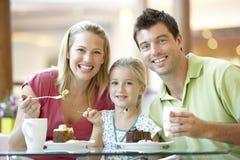 famiglia che ha viale del pranzo insieme Fotografie Stock Libere da Diritti